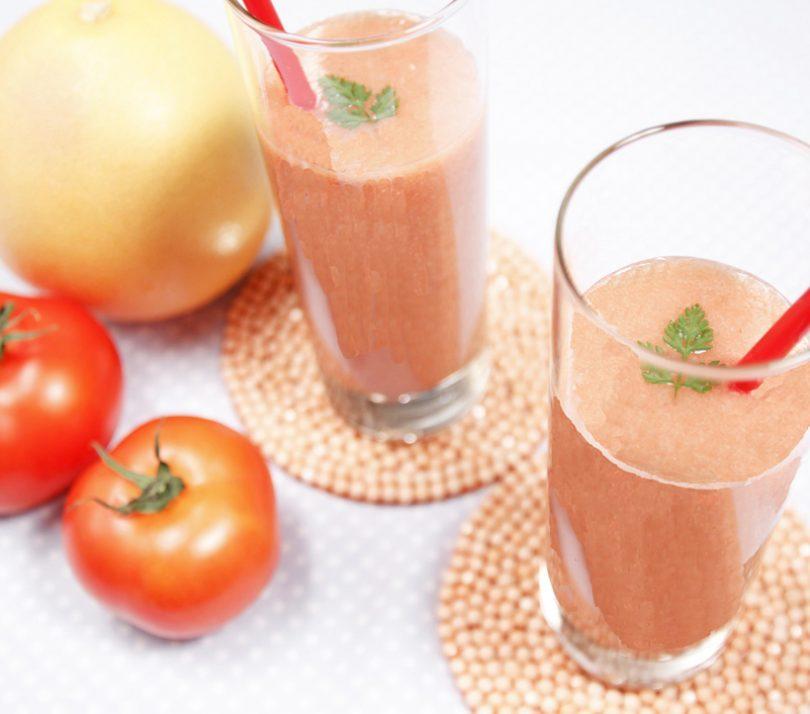 真っ赤なトマトといちごのスムージー イチゴジャムで簡単、美味しい! 印刷する 作り方 (1)トマトを適当な大きさに切る。ピンクグレープフルーツは皮をむき、種を除いて、適当な大きさにする。 (2)ミキサーに(1)とイチゴジャムを入れてスイッチを入れ、なめらかになるまで混ぜる。 ■「母の日デコケーキ」のレシピはこちら ■「お家でアイス屋さん!ジャムでホイップアイス」のレシピはこちら ■「イチゴホイップのクレープ包み」のレシピはこちら 真っ赤なトマトといちごのスムージー